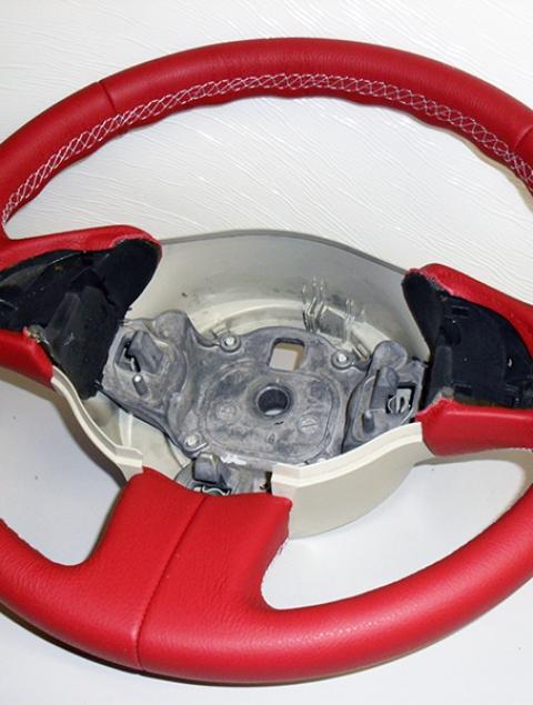 Fiat 500  couvre volant en vrai cuir rouge et coutures blanches